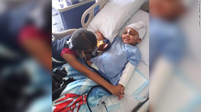 美國加州奧克蘭一名四歲男孩傑克森上月在親友家中玩槍時,不慎擊中自己,現在情況穩定...