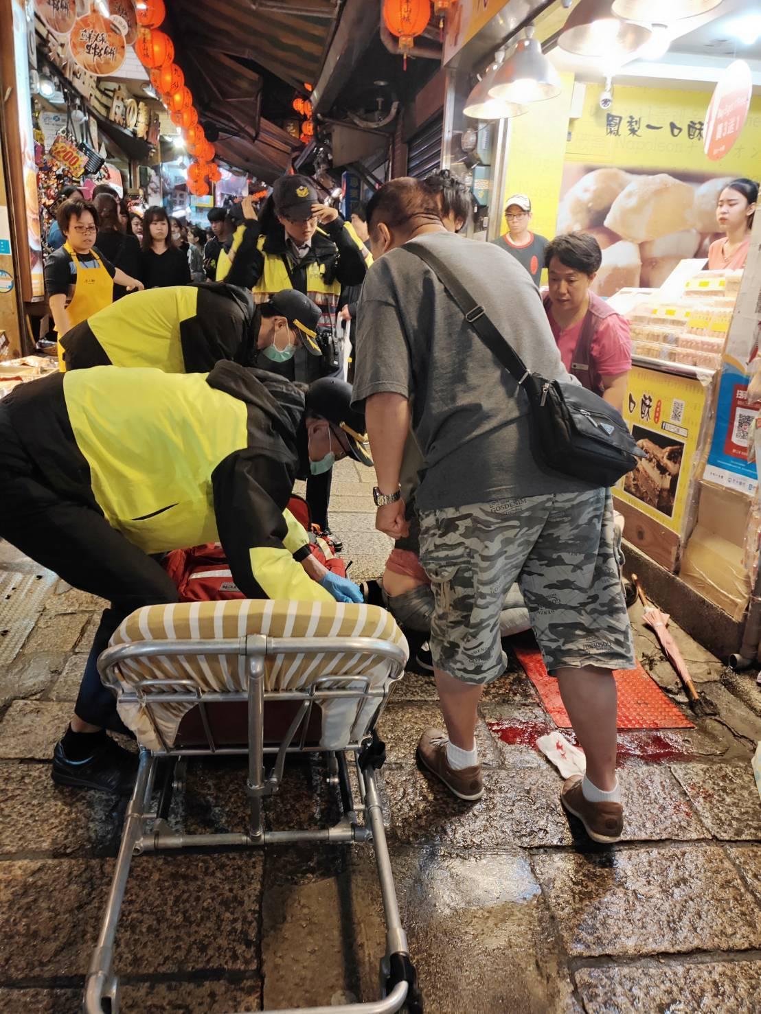九份老街觀光客眾多,日前有位日籍遊客昏倒受傷,所幸員警廖子晴和陳定志經驗豐富加上...