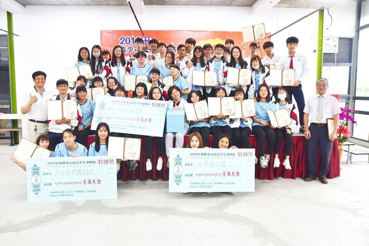 公東高工室內空間設計科二年級全班學生參加今年台東縣第五屆青少年發明競賽,抱回4金...