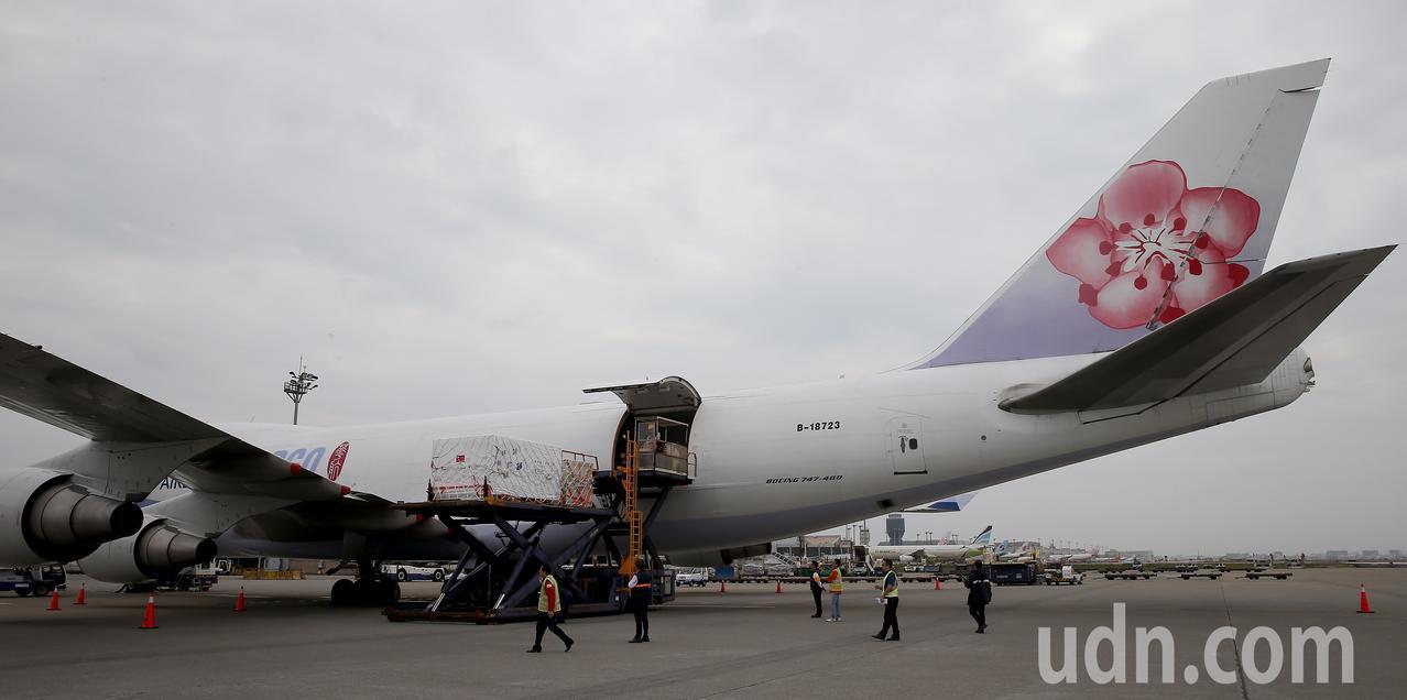 裝著福衛7號衛星的專用貨櫃,15日中午由桃園航勤的地勤人員裝載進入中華航空公司貨...