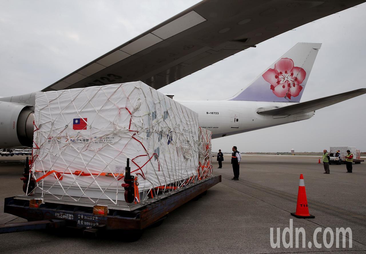 裝著福衛7號衛星的專用貨櫃,15日中午拖到桃園機場貨機坪,準備裝載進入中華航空公...