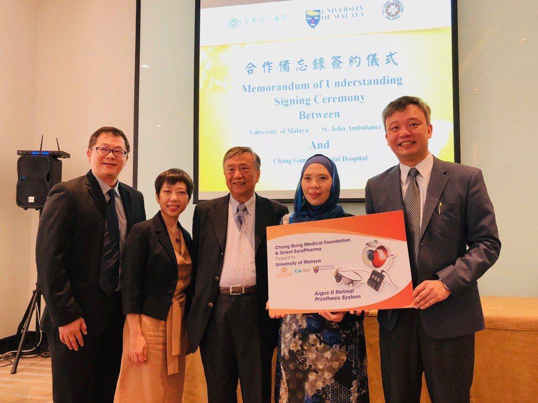 長庚醫療團隊捐贈人工電子眼給馬來亞大學醫學院附設醫院,右一為黃奕修醫師。...