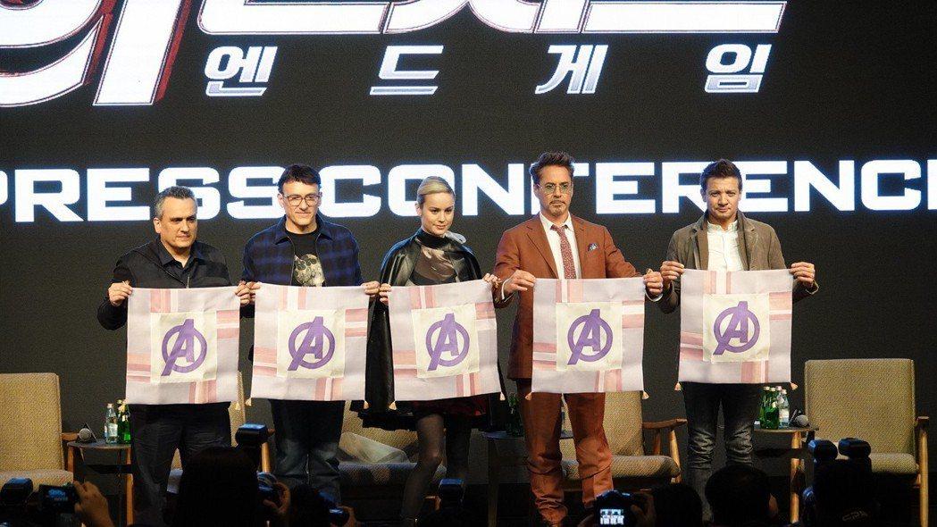 導演喬羅素、安東尼羅素、布麗拉森、小勞勃道尼以及傑瑞米雷納出席「復仇者聯盟:終局...