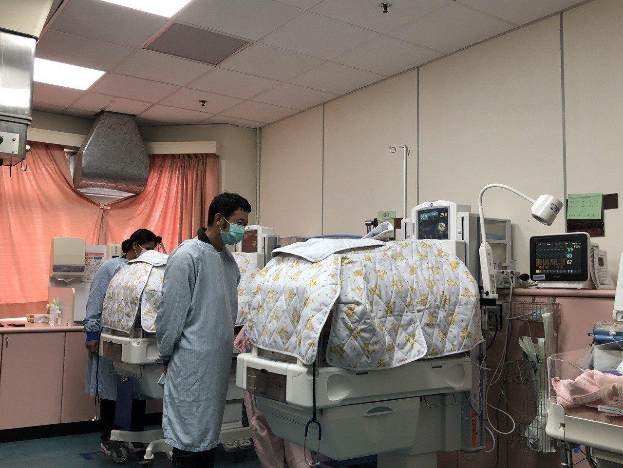 台大醫院雲林分院今年2月底一名李姓產婦懷孕僅27周卻急產誕下一對早產兒雙胞胎,須...