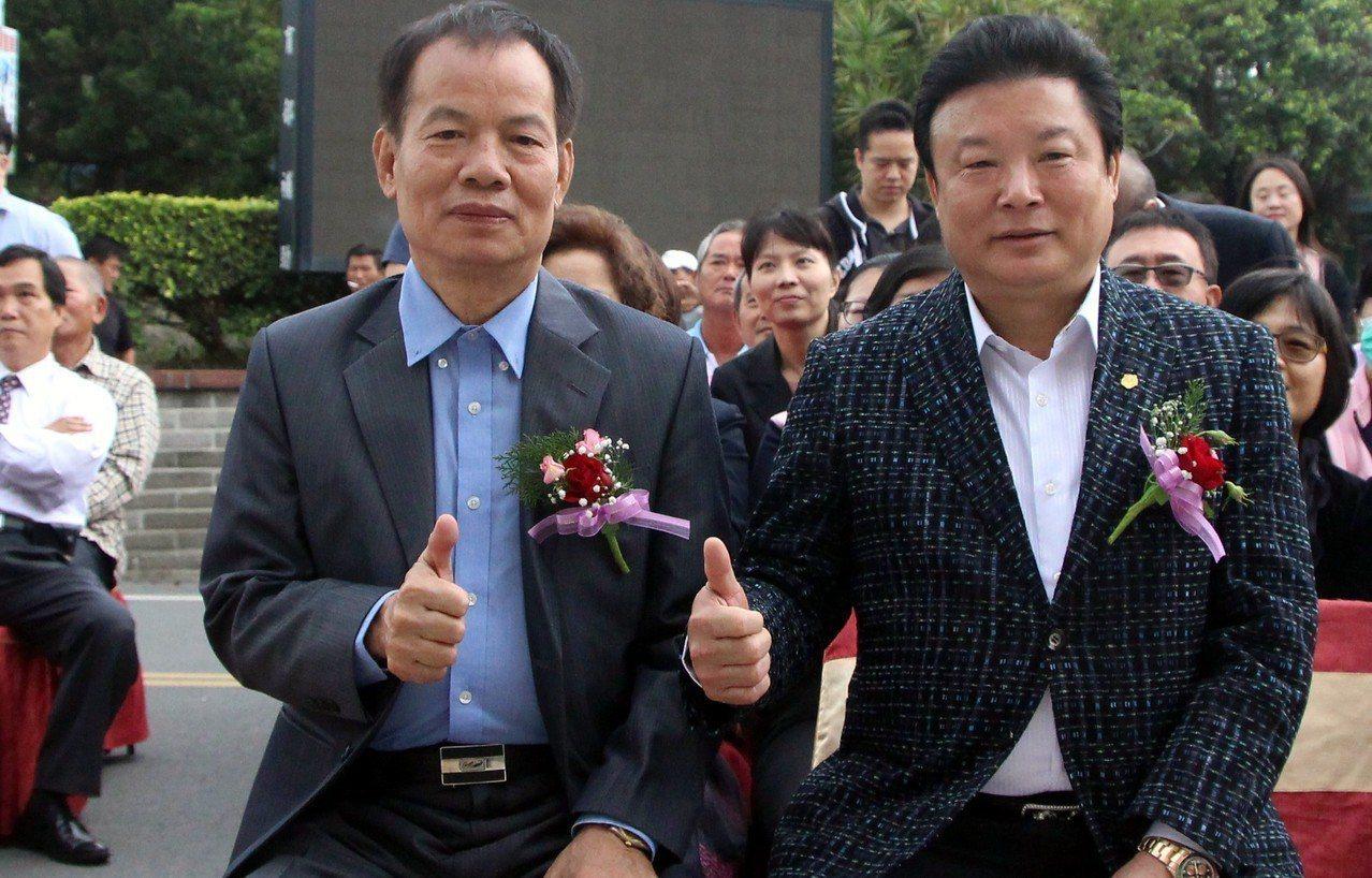 大城鄉善心人士陳景輝(左)與蔡鴻儒各捐了一輛賓士休旅車接送載地長輩。記者林敬家/...