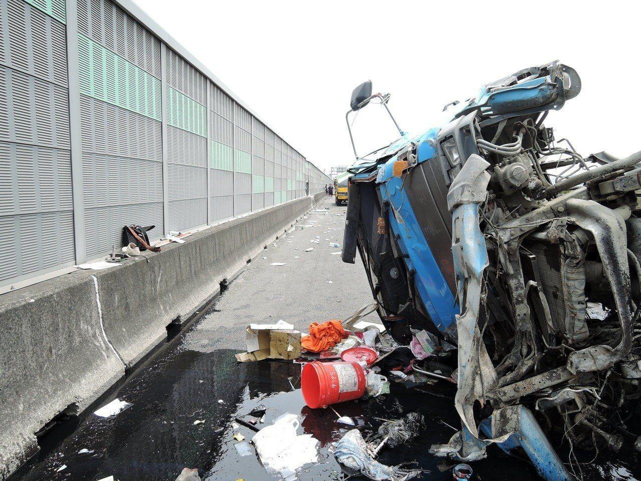 警方初步調查認為是傳動軸斷裂,機械故障導致翻車。記者林伯驊/翻攝