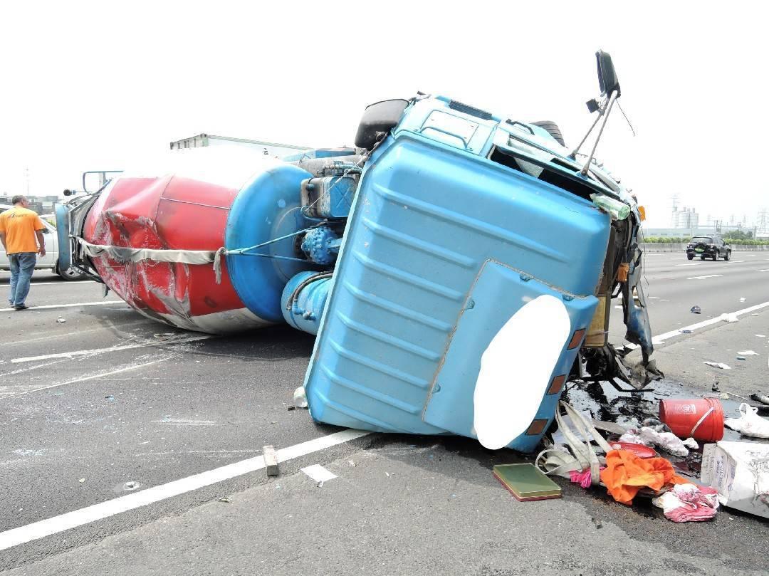 國道一號鼎金段北上,今天中午傳出一輛水泥預拌車翻覆。記者林伯驊/翻攝