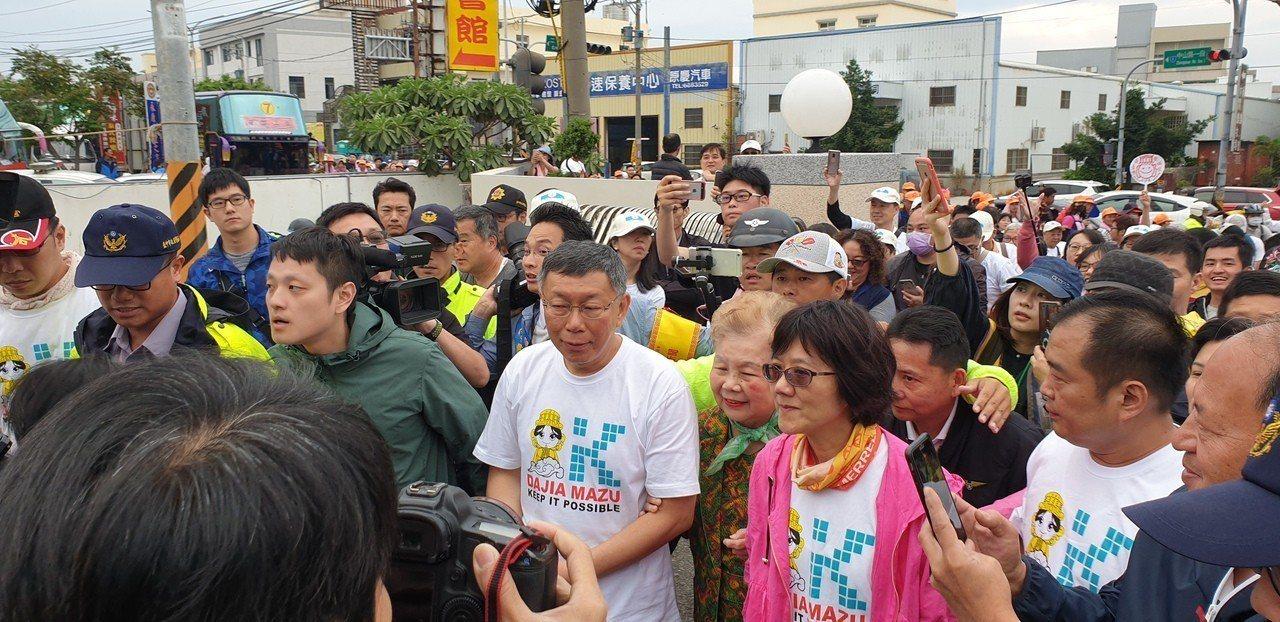 台北市長柯文哲跟著媽祖遶境,今天和柯粉見面,全家人都上台。記者游振昇╱攝影