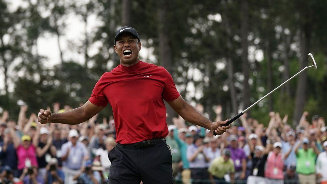 伍茲14日第五度摘下PGA美國名人賽冠軍,振臂歡呼。 美聯社