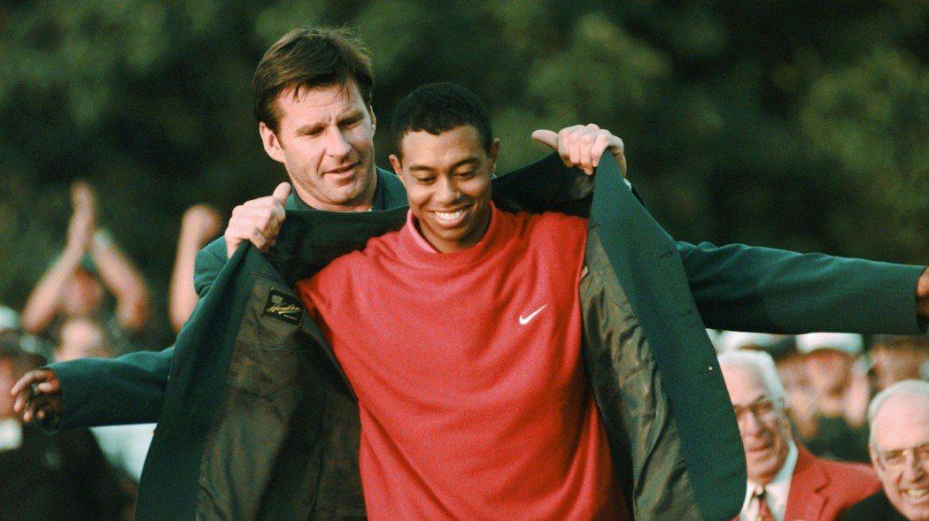 伍茲1997年4月13日披上他生平第一件綠夾克,也是名人賽最年輕的冠軍。   美...