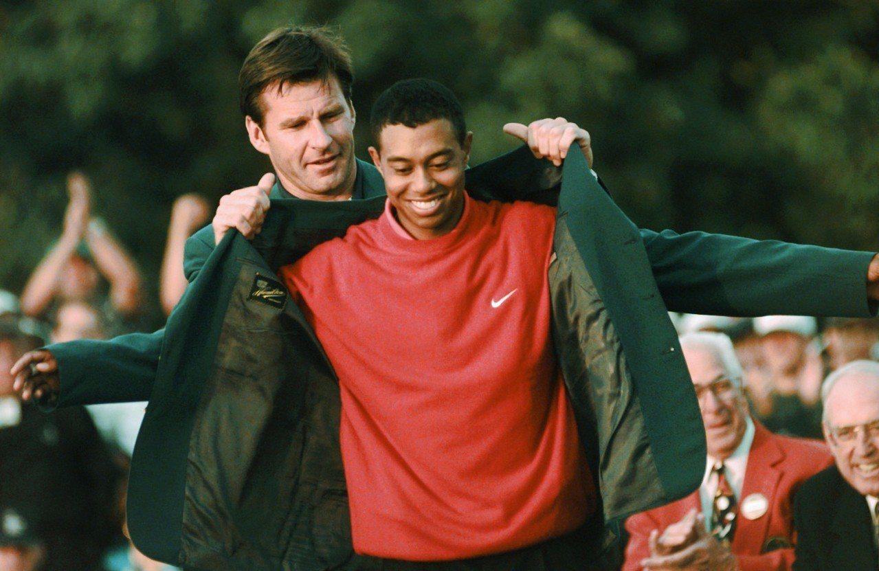 伍茲1997年4月13日披上他生平第一件綠夾克,也是名人賽最年輕的冠軍。 美聯...