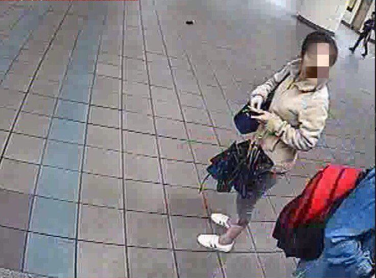 車手通過面試才能加入詐騙集團,這名女車手準備在捷運售票口旁ATM提款。記者林昭彰...