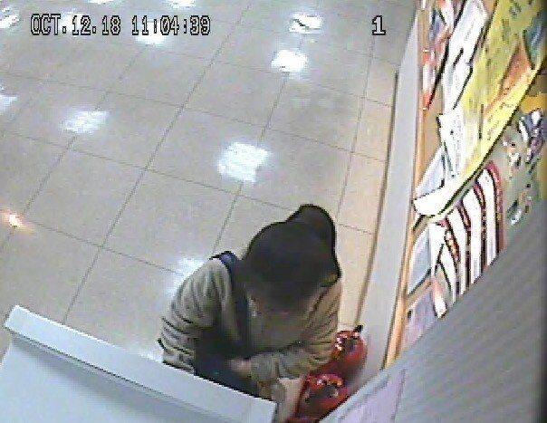 詐騙車手在ATM提款。記者林昭彰/翻攝