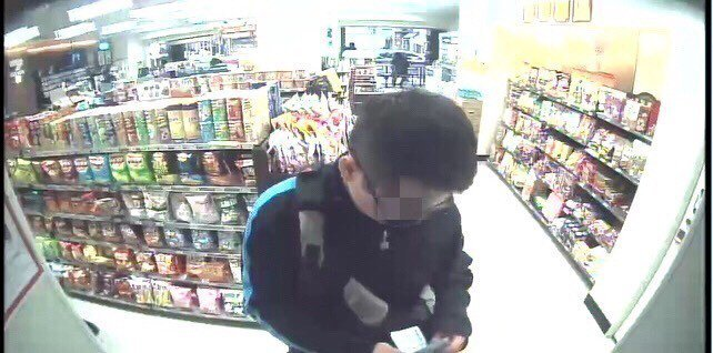 詐騙車手在便利商店ATM提款。記者林昭彰/翻攝