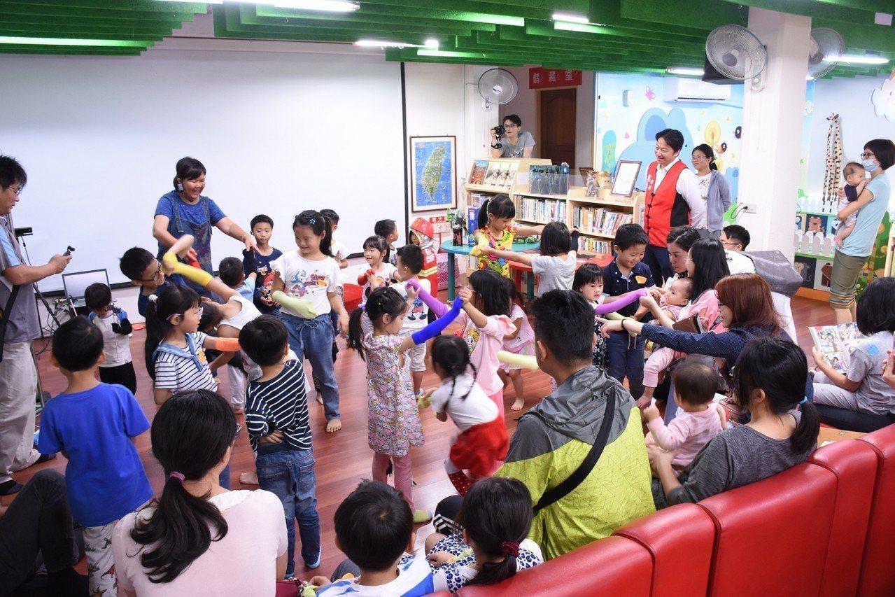 親子在活動中經由任美華老師帶動唱,從中學習海洋生態觀念。圖/花蓮市公所提供
