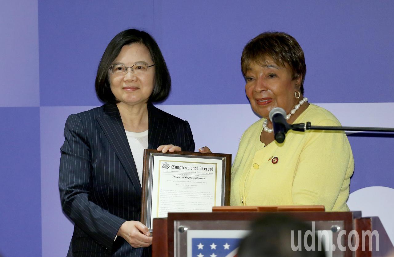 美國在台協會今晚在內湖新館舉辦《台灣關係法》40年友誼慶祝酒會,美國眾議院艾笛·...