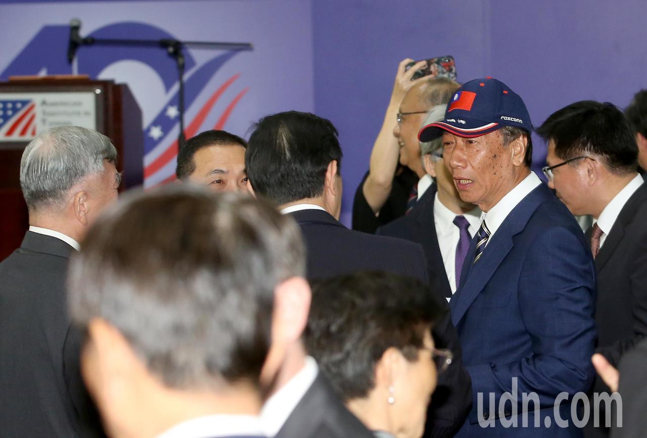 鴻海集團總裁郭台銘(右二)出席《台灣關係法》40年友誼慶祝酒會。記者余承翰/攝影
