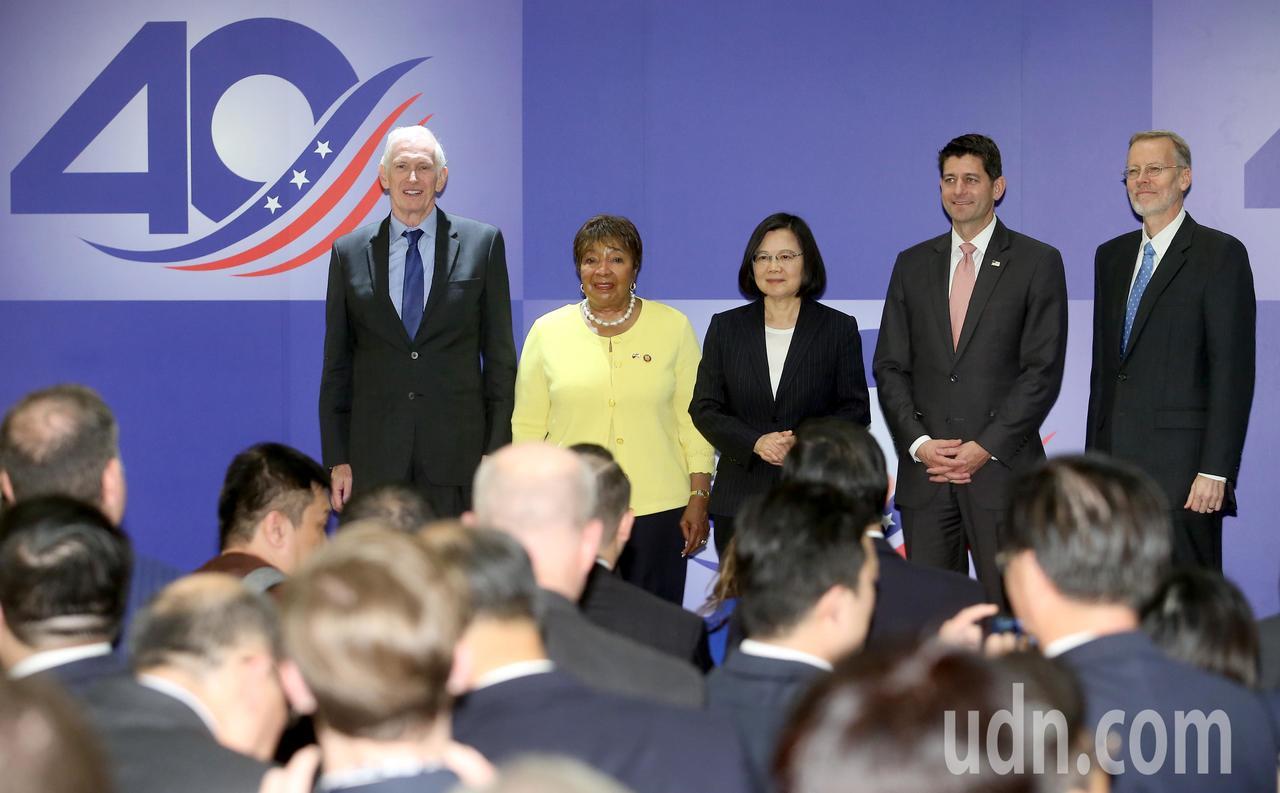 美國在台協會主席莫健(左起)、美國眾議院艾笛·伯尼斯·強森、蔡英文總統、美國眾議...
