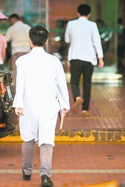 勞動部召開勞動基準諮詢委員會,其中討論到住院醫師是否適用勞基法的責任制規範。 圖...