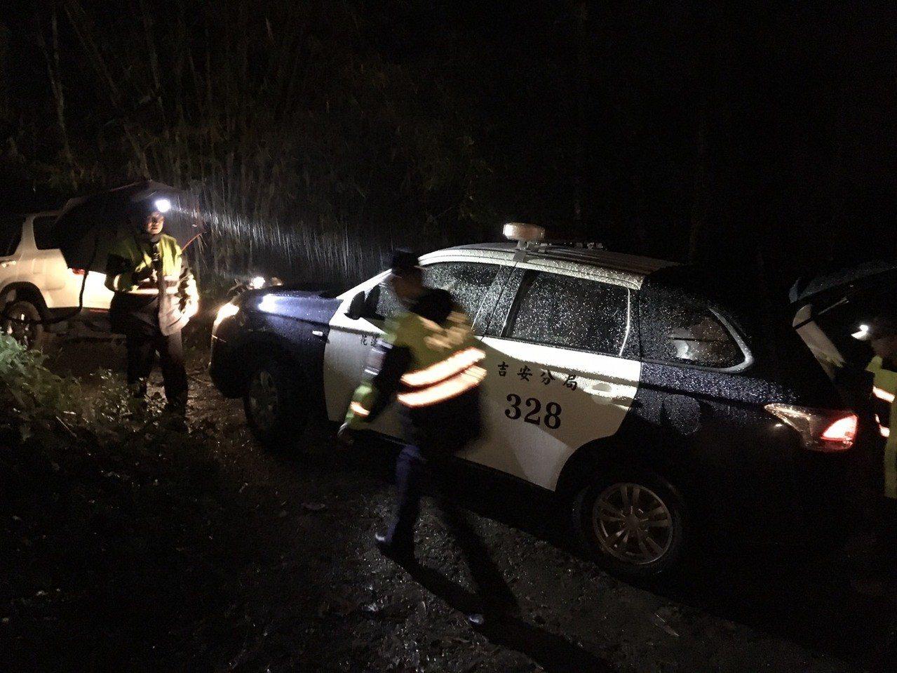 警方為讓小客車脫困,在雨中用巡邏車「以車拉車」。圖/吉安警分局提供