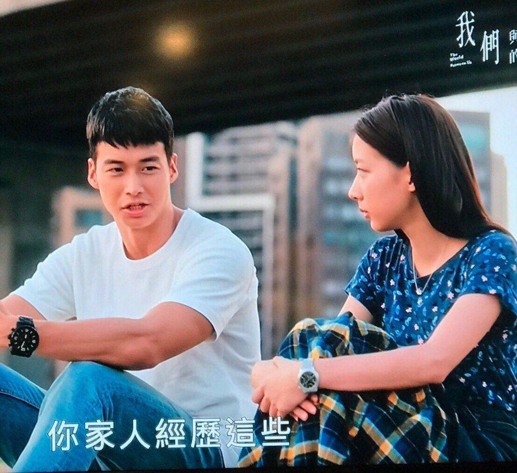 林敬倫(左)飾演的學長,故作溫柔狀接近陳妤(李大芝)。圖/翻攝公視