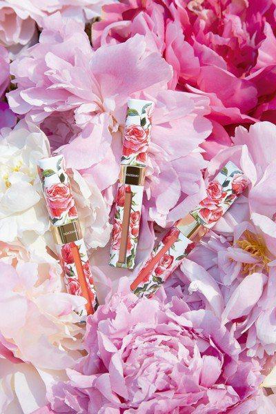 色彩飽和的「Dolcissimo 綻放凝霧唇釉」讓你充滿著浪漫風情,就像是漫步在...