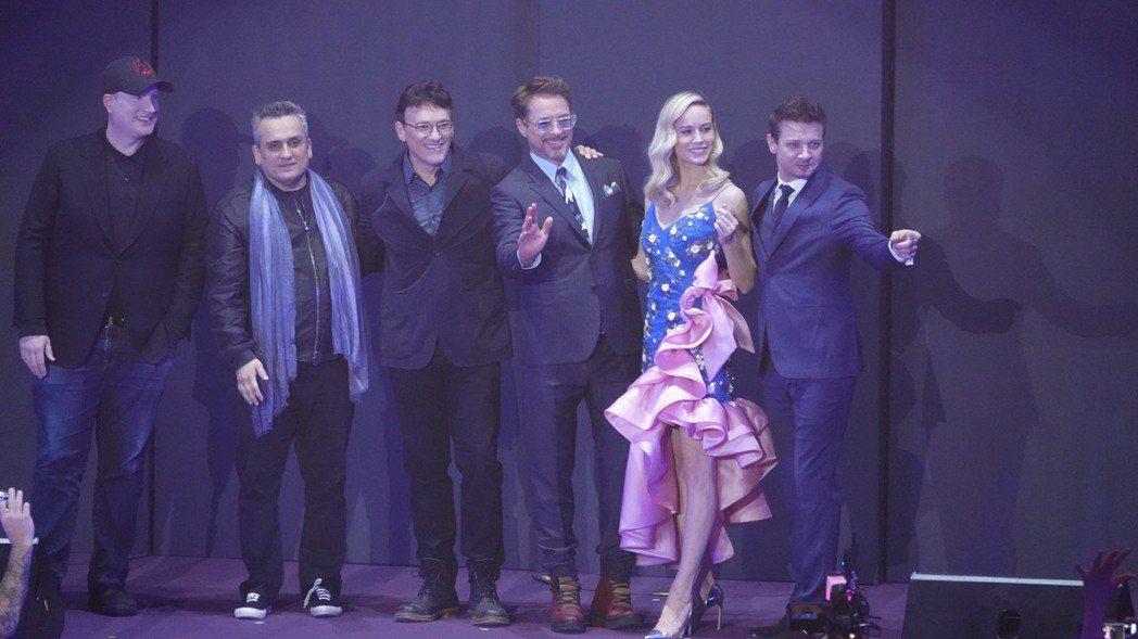 漫威執行長凱文費吉(左起)、喬羅素、安東尼羅素、主要演員小勞勃道尼、布麗拉森以及...