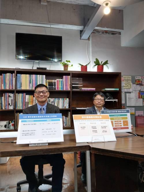 國教院院長許添明(右)、國教院教科書研究中心主任楊國揚(右)上月中旬在教育部舉行...