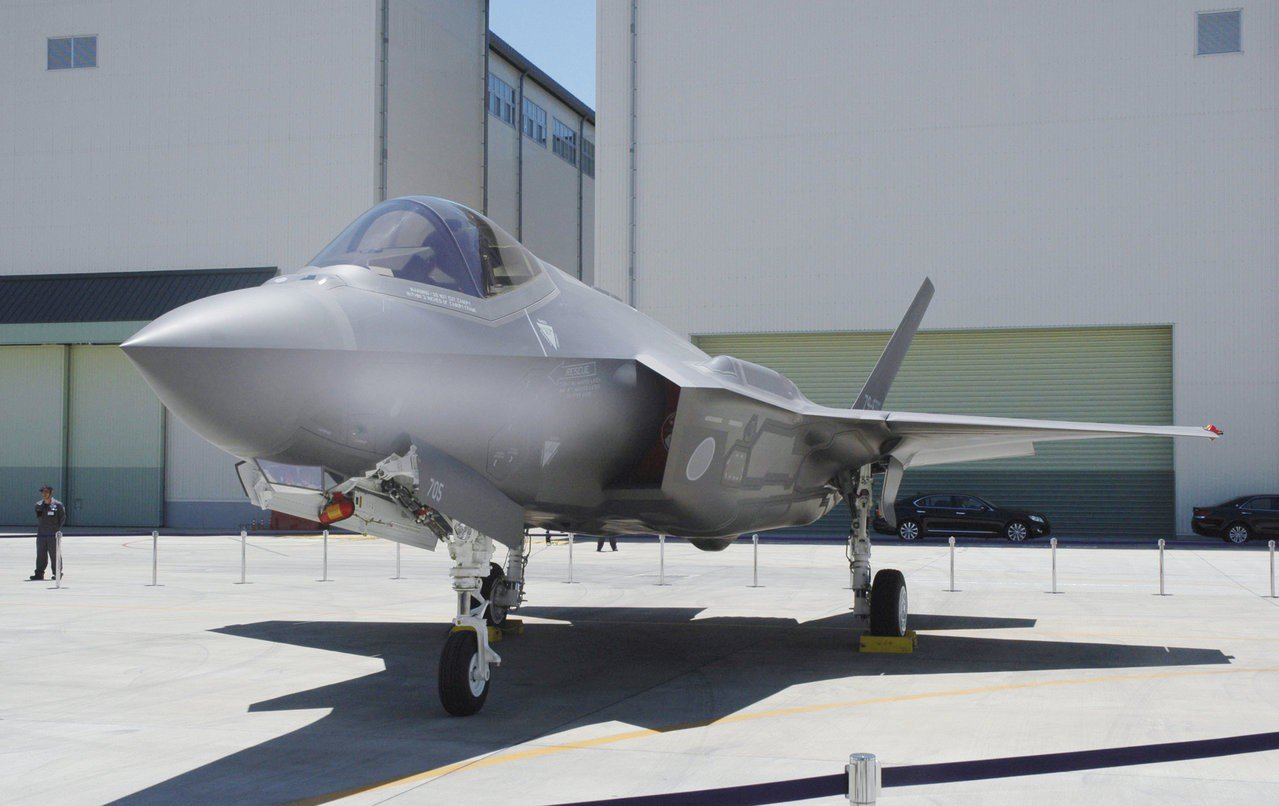 停放在三菱重工飛機組裝廠的一架F-35A匿蹤戰機。 路透