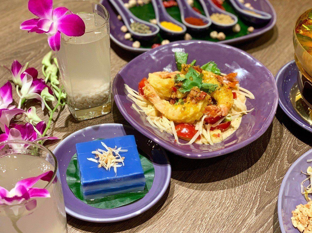 粉紅酸辣青木瓜海鮮沙拉(右)、娘惹糕(左)、薏米水(後)三款門市限定料理。記者張...