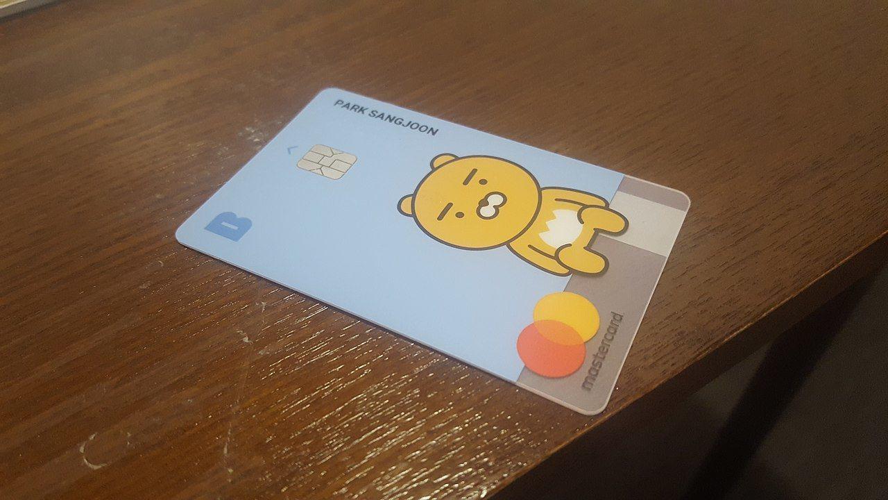 南韓兩家純網銀業者現階段陷入錢坑困局,圖為Kakao Bank提款卡。圖╱取自維...