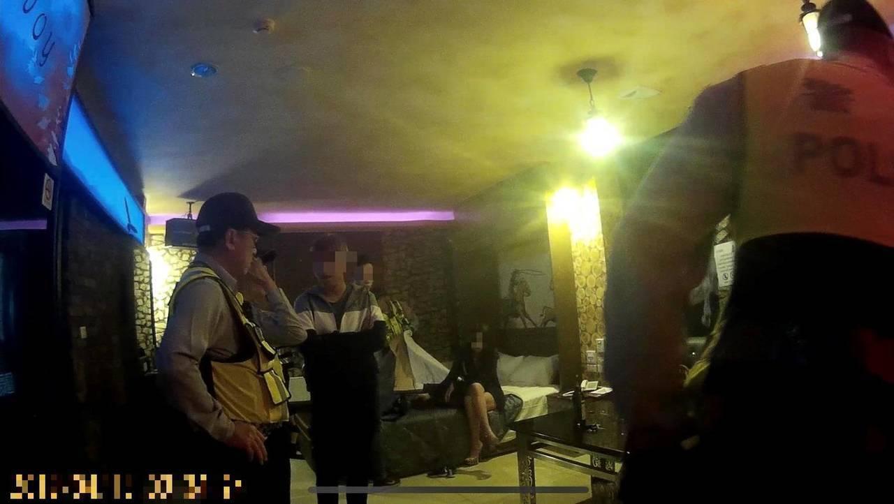 岡山分局警方前天凌晨在梓官區一間複合式KTV的包廂查獲吸毒。記者林伯驊/翻攝