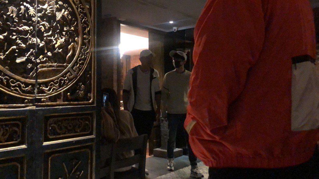 王俊凱(右)和劉畊宏一起用餐。圖/讀者提供