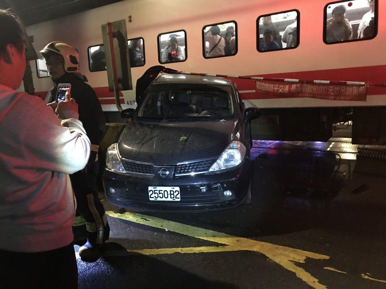 瑞芳瑞柑平交道,今天晚上發生火車撞小客車意外。圖/瑞芳分局提供