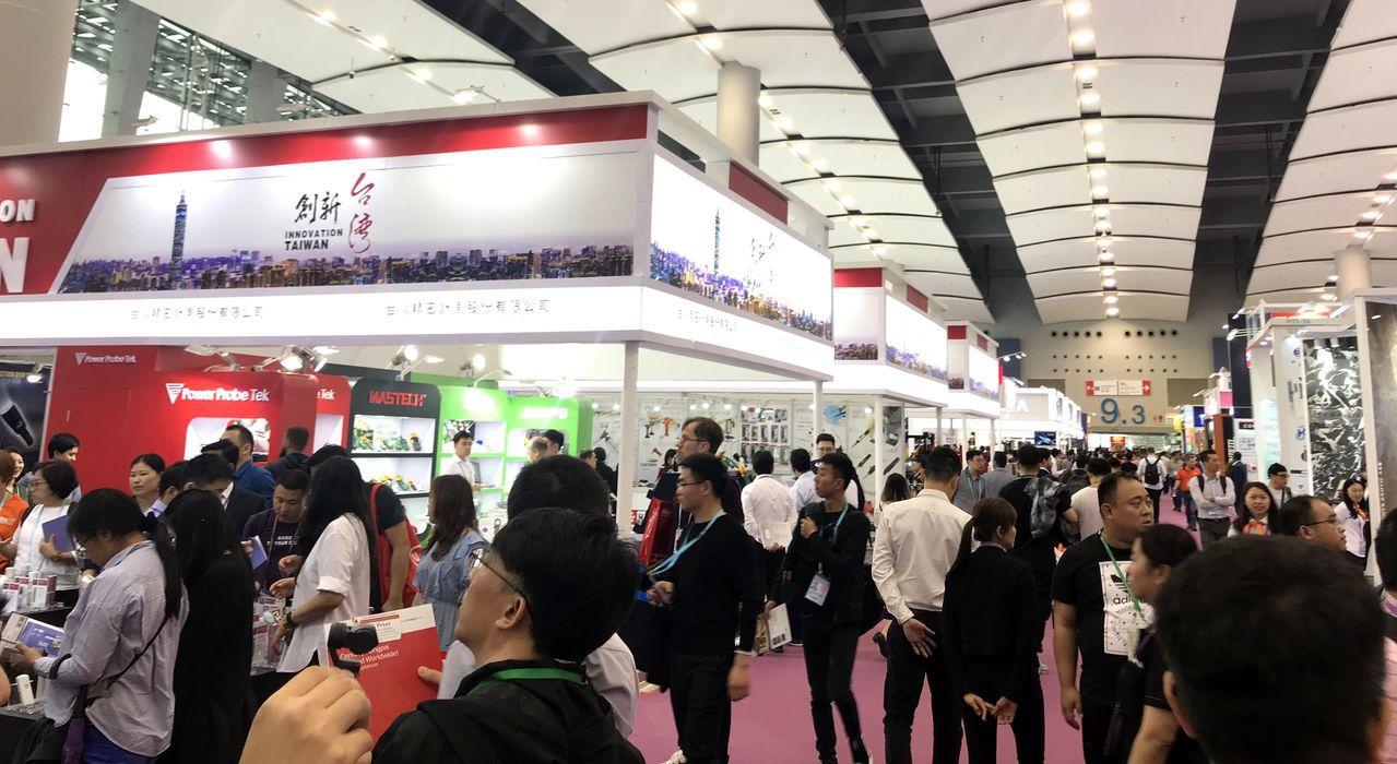 春季廣交會台灣館以「創新台灣」為主軸吸引國際採購商關注。圖/貿協提供