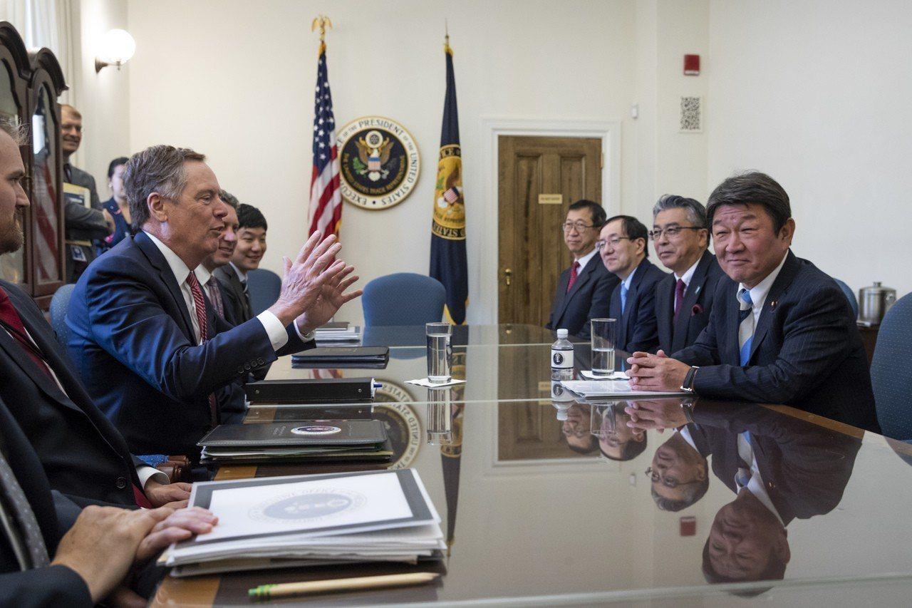 美日談判代表賴海哲(左)與茂木敏充15日在華府展開貿易磋商。美聯社