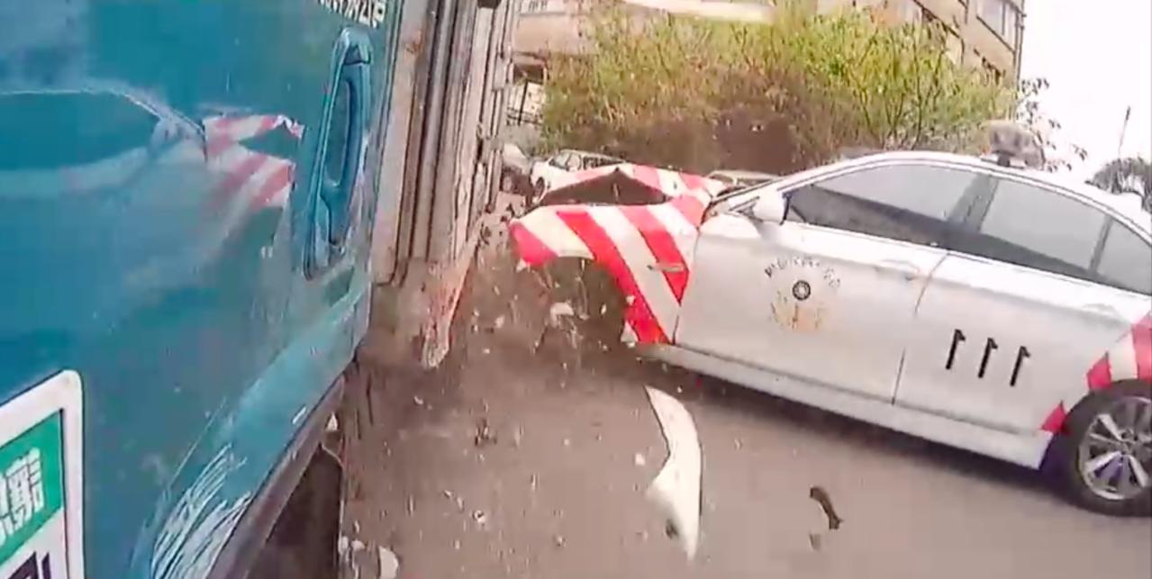 紅斑馬剛開出駐地就發生車禍。記者蕭雅娟/翻攝