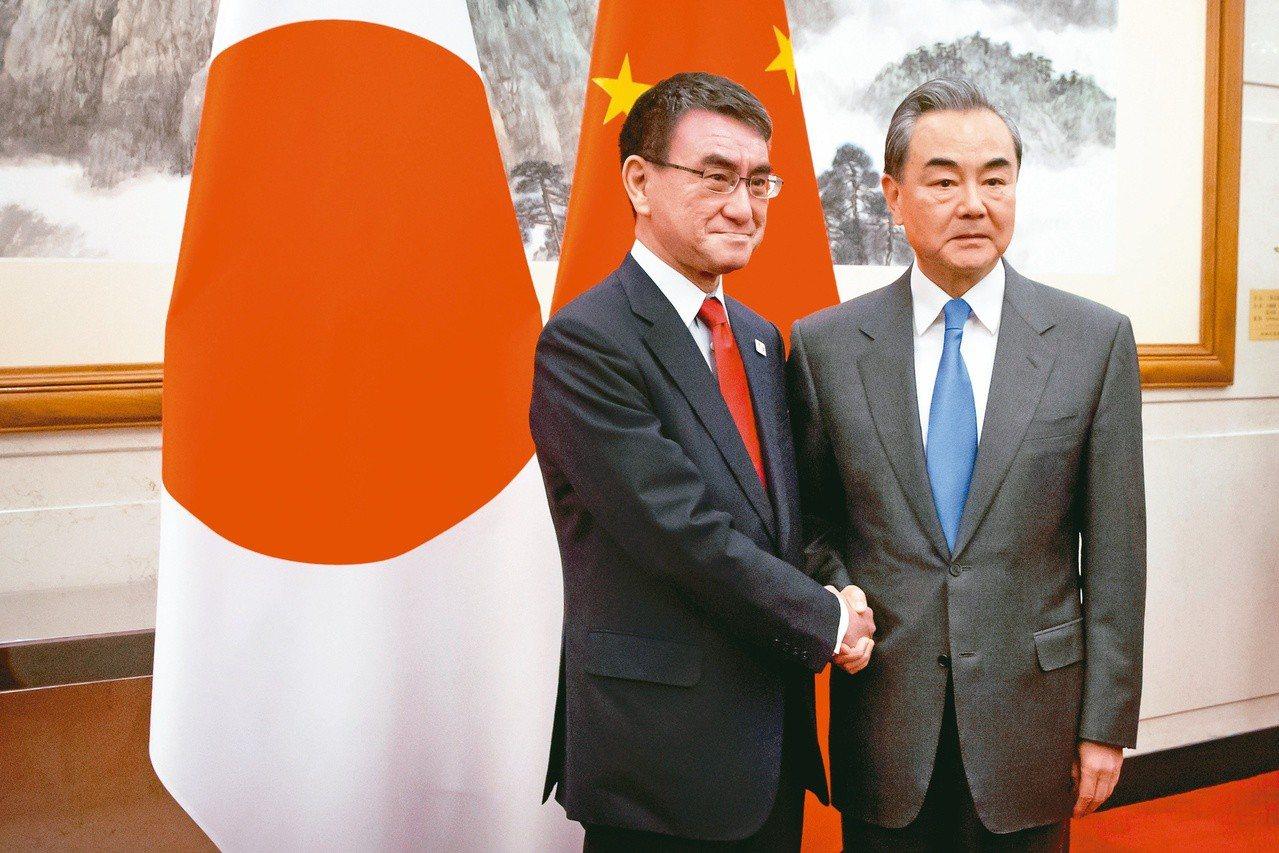 日本外相河野太郎(左)十五日在北京和大陸國務委員兼外交部長王毅(右)會面。(美聯...