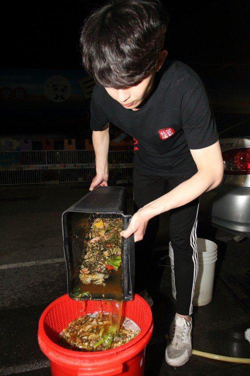 餐廳業者在回收前要先瀝乾廚餘,但瀝出的油水排入下水道系統,可能會衍生問題。記者鐘...