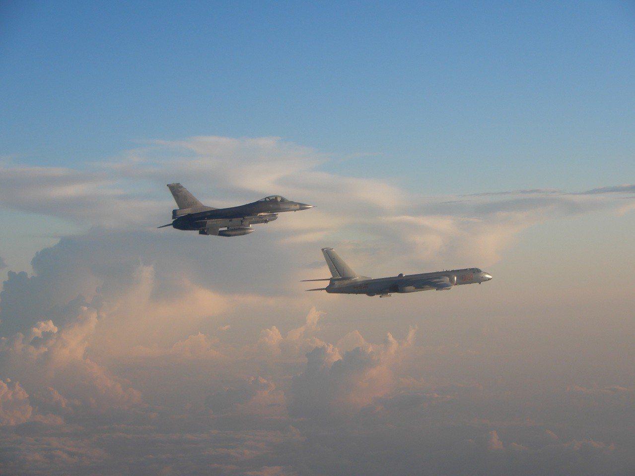 國軍F-16戰鬥機伴飛監控共軍轟6K。 圖/空軍提供