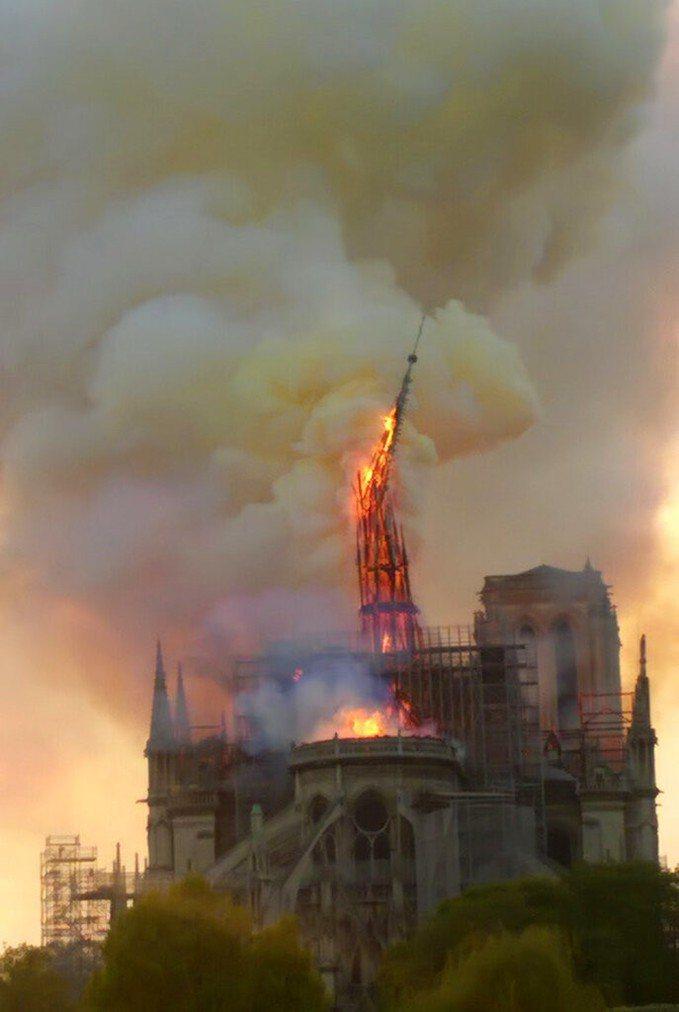 法國巴黎聖母院發生大火,就連鐘樓尖塔也被燒斷。圖/美聯社