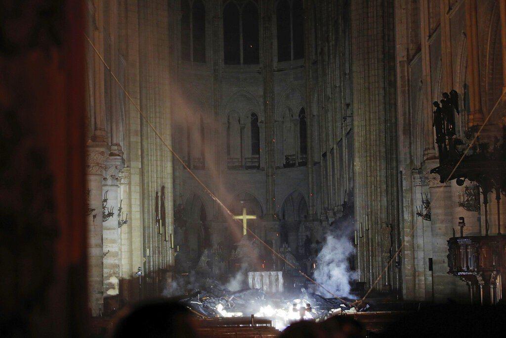巴黎聖母院大火,內部嚴重燒毀畫面曝光。圖/美聯社