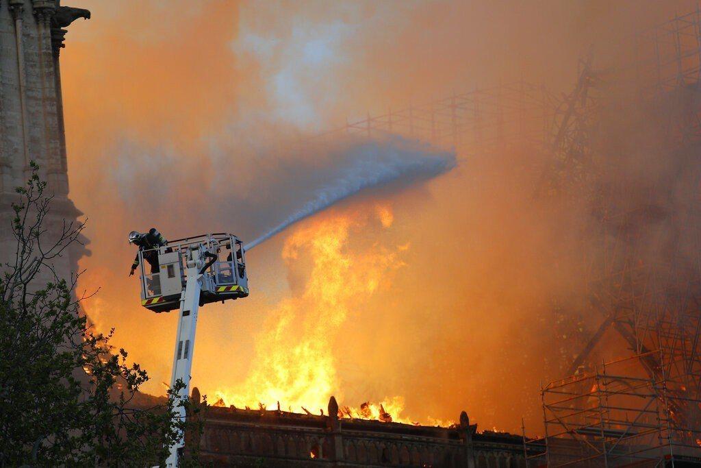 巴黎聖母院大火,火勢一發不可收拾,消防員趕緊滅火。圖/美聯社