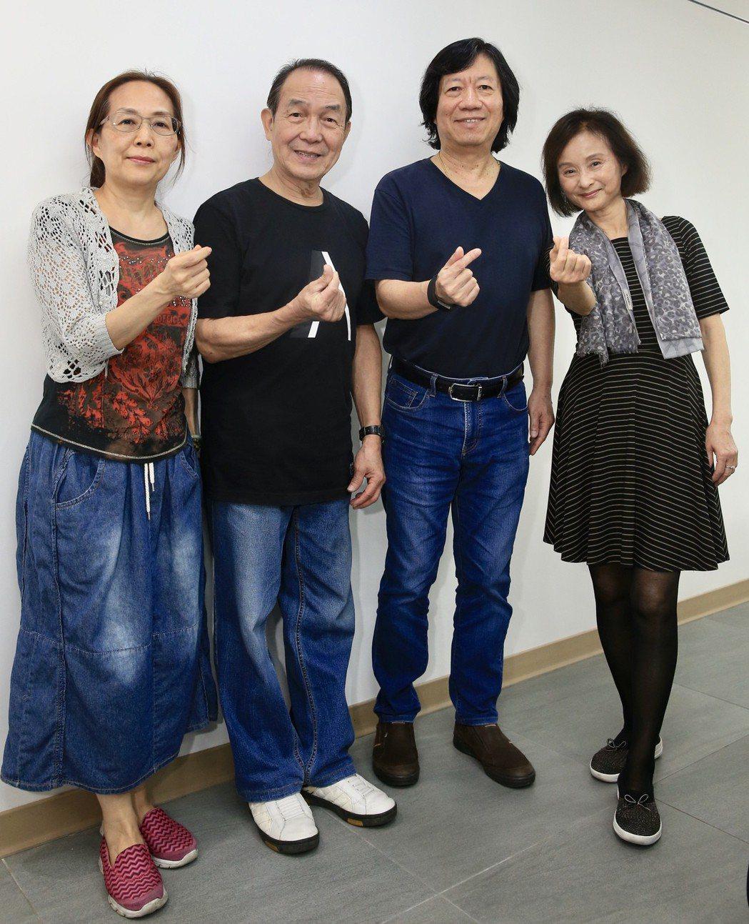 譚健常(右二)、小軒(右一)、陳體強(左二)、張順卿(左一)接受專訪。記者林伯東...