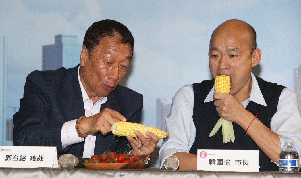 鴻海總裁郭台銘(左)參選2020總統的傳聞甚囂塵上,高雄市長韓國瑜說,若郭參選,...