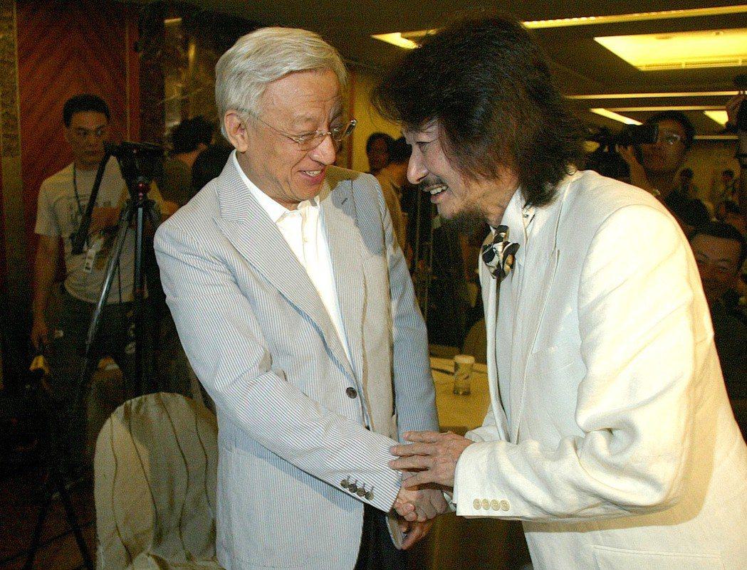 2007年,聯電榮譽董事長曹興誠(左)獲得紅衫軍精神領袖施明德強力推崇參選總統。...