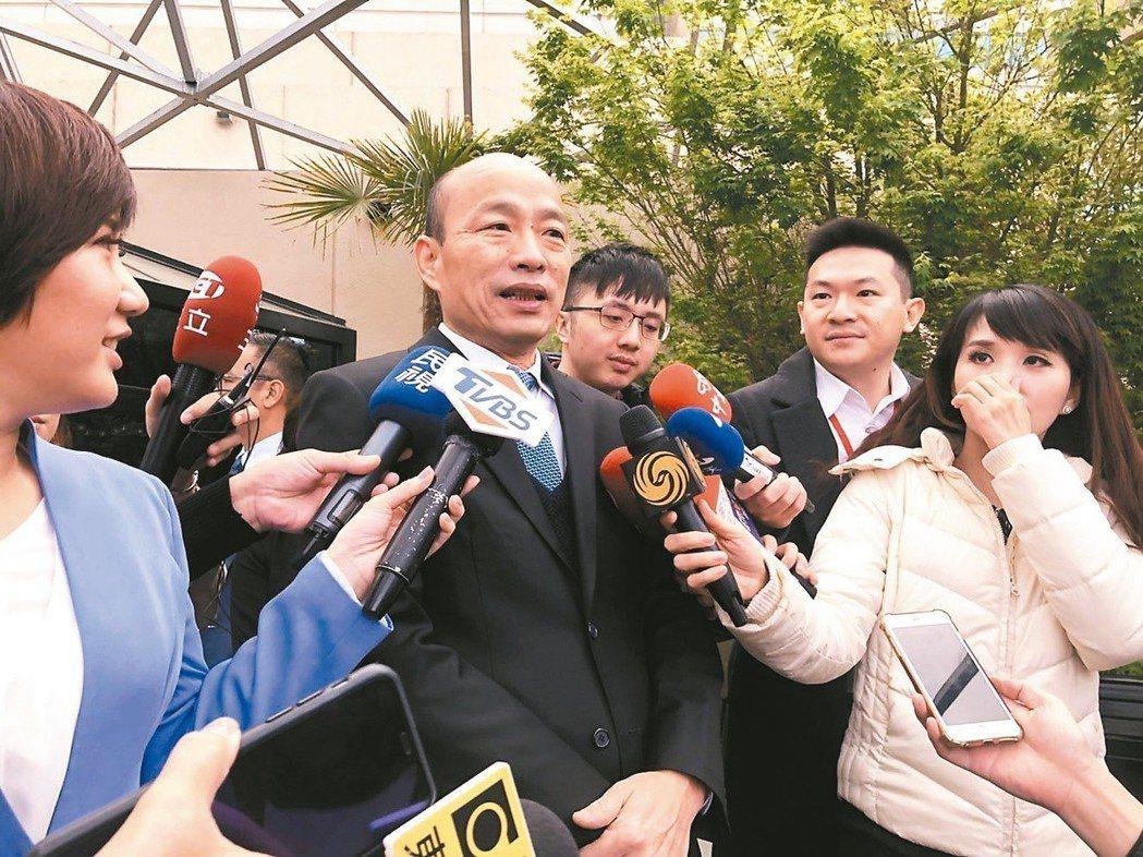 高雄市長韓國瑜(中)訪美時說,「3個台大法律系總統幹完,台灣經濟和競爭力基本上已...
