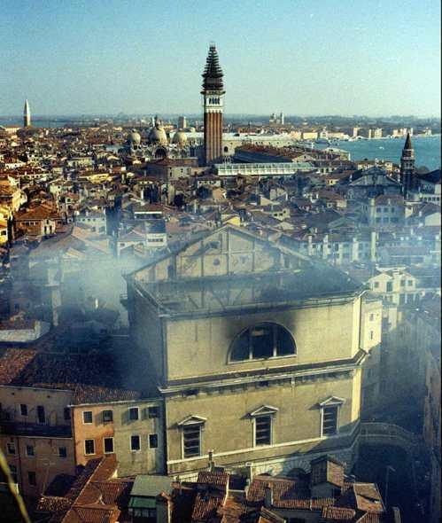 威尼斯鳳凰劇院在1996年1月29日發生大火。(美聯社)