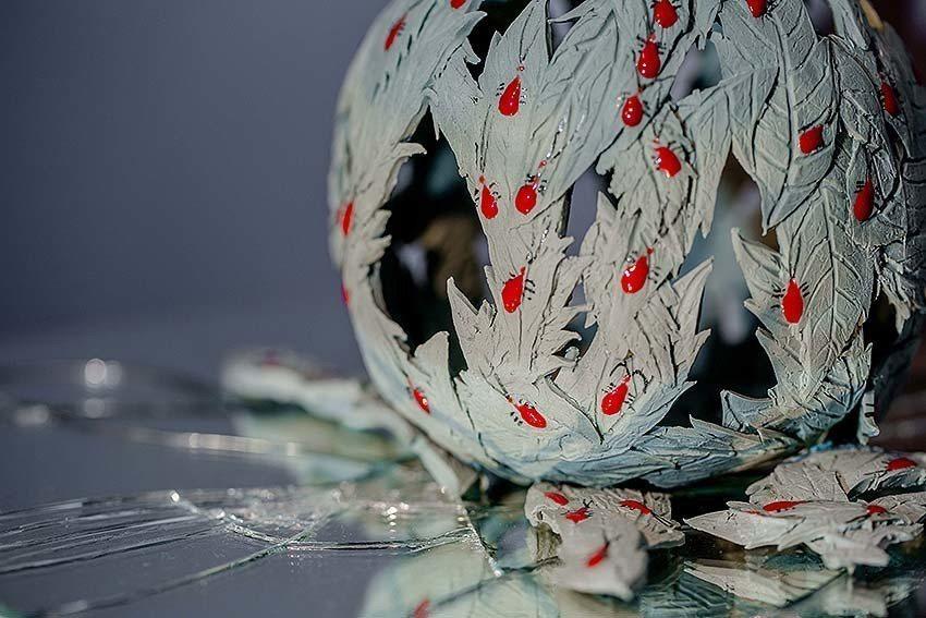 《尋暖系列》以臺灣欒樹和紅姬椿象為主角,隱喻人們常用外表判別價值。 陶博館/提供