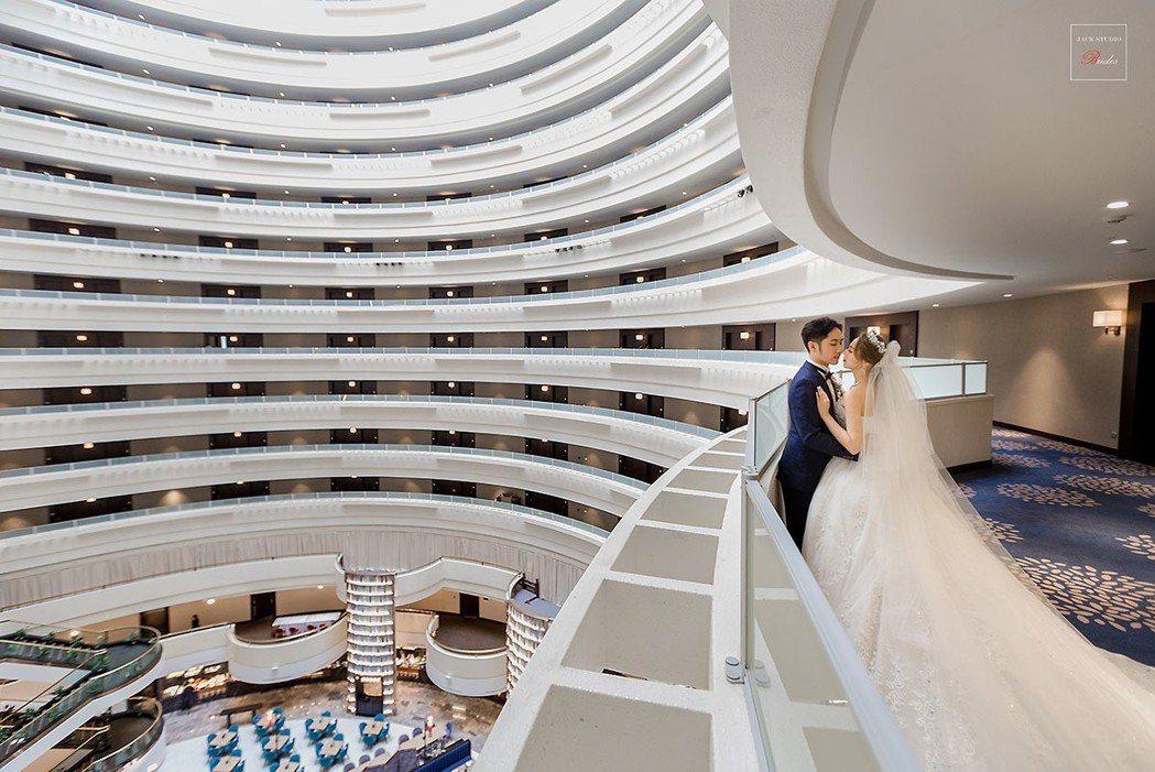「想婚好日子」每桌只要13800元起,滿足新人們對幸福婚禮的想像。王朝大酒店/提...